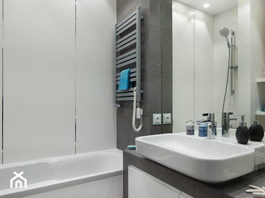 приклеить зеркало в ванной