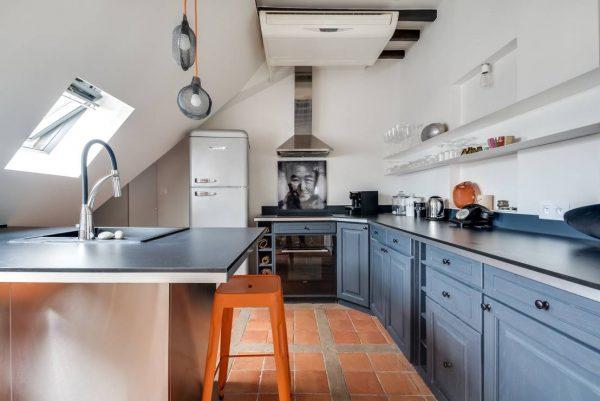 кухня на мансарде под скосом