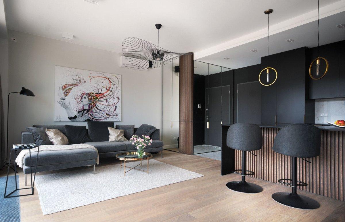 Стильная квартира с черной кухней и золотыми деталями