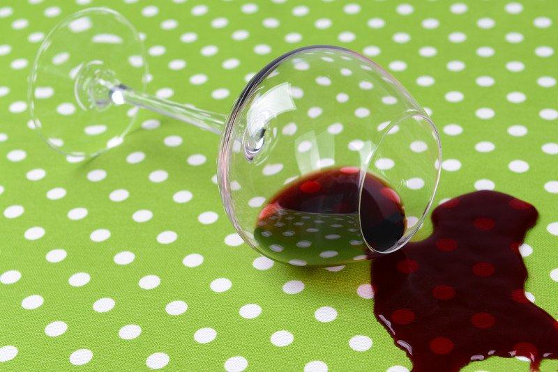 Пятна от вина, жира, кофе: как легко их удалить?