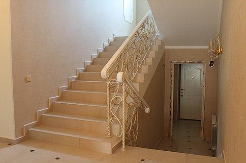Облицовка плиткой – универсальный способ отделки лестницы