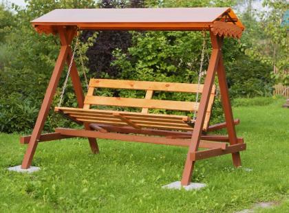 Деревянные садовые качели – стильная и практичная садовая мебель!